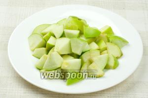 Яблоки хорошо помыть, затем удалить семена и порезать.