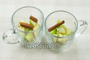 Выложить порезанные яблоки, так чтобы они заполнили половину чашки, и добавить палочку корицы.