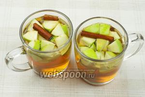 Залить заваренным чаем и дать настояться 5-10 минут. Добавить сахар или мёд по вкусу.