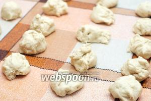 Рабочую поверхность смазать растительным маслом и сформировать заготовки для пирожков (если тесто получилось жидким и не формируется, добавьте ещё немного муки до нужной консистенции). Получается ориентировочно 20 заготовок.