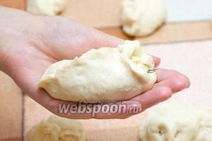 Аккуратно и плотно защипнуть края, формируя пирожок.