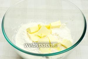 Соединить просеянную муку, щепотку соли и порубленное охлаждённое сливочное масло.