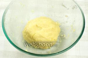 Замесить однородное тесто, оно должно получиться однородным и эластичным.