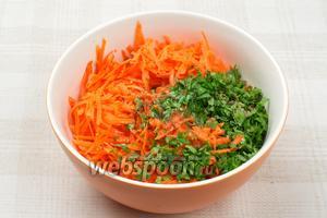 Соединить морковь, кинзу, добавить 2-3 ст. л. растительного масла, лимонный сок, красный молотый перец и тмин.