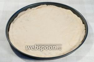 Руками (можно раскатать и скалкой) растяните тесто по форме для выпечки.