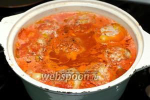 Довести всё до кипения и варить 35-45 минут с момента закипания на медленном огне под крышкой. В процессе приготовления добавить соль и перец по вкусу.