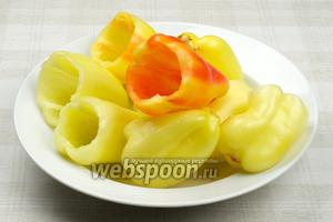 Сладкий перец помыть и удалить семена, стараясь не повредить бока перца.