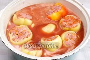 Выложить перцы в большую ёмкость и затем добавить томатный сок и сметану (сметану предварительно размешать в небольшом количестве сока, чтобы она равномерно распределилась).