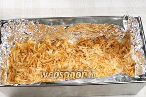 Сверху выкладываем слой натёртых яблок толщиной так же 1-1,5 см.  Затем повторить сухой слой и слой яблок (получается 2 слоя яблок и 3 — сухого теста), верхним должен быть слой из сухой смеси.   По желанию можно приготовить с сушёными яблоками.