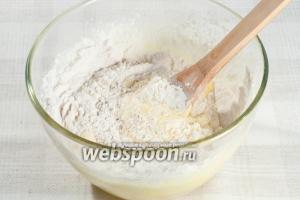 В яично-сахарную массу просейте муку и добавьте молотый миндаль. Перемешайте.