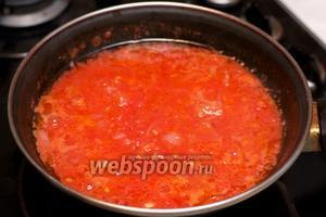 Затем добавить помидоры, и тушить всё вместе на медленном огне 10-15 минут.