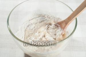 Смешайте все ингредиенты до получения гладкого не липнущего к рукам теста.