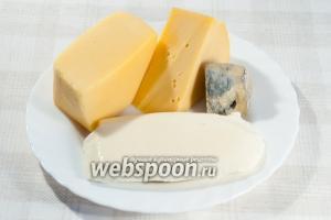 Для начинки возьмите: сыр «Эмменталь», сыр «Моцарелла», мягкий сыр с плесенью «Дор-Блю», сыр «Пармезан», оливковое масло и смесь итальянских трав.