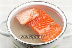Филе рыбы хорошо помыть и опустить в остывший соляной раствор. Если рыба всплывает, то на неё можно в качестве груза положить блюдце.  Закрыть кастрюлю крышкой и поставить в холодильник на 24 часа.