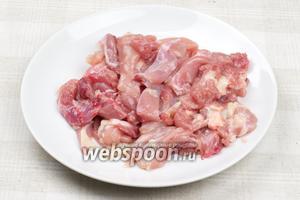 Бёрдышки хорошо помыть, удалить кожу, снять мясо с кости и порезать полосками.