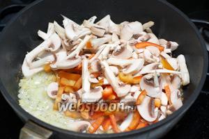 Затем добавить грибы и сладкий перец.