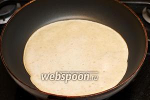 Выпекаем блины на сухой сковороде, выливая приблизительно поварёшку теста (это очень условно, так как зависит от диаметра сковороды).