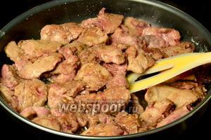 Куриную печень помыть, обсушить и обжарить на растительном масле до румяного цвета 10-15 минут, добавив щепотку соли.