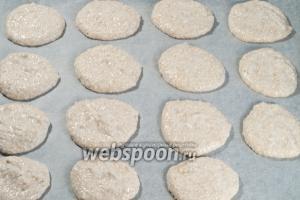 Ложкой (я брала десертную, она чуть больше чайной) выложите будущие печеньки на противень выстланный пергаментом.