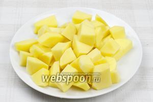 Картофель (800 г) очистить и порезать крупными кубиками.