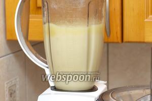 Частями измельчить в блендере картофель с луком и чесноком, добавляя картофельный отвар.