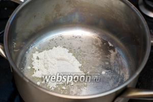 Тем временем соединить 1,5 столовой ложки муки и растительного масла с щепоткой соли.