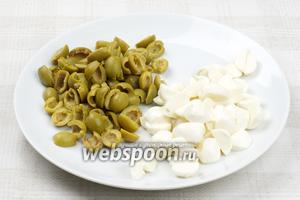 Оливки и моцареллу порезать на 2-3 части.