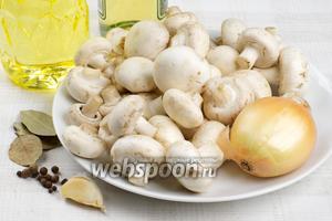 Для приготовления грибов возьмём мелкие шампиньоны, специи, большую луковицу, 2-3 зубчика чеснока, растительное масло и уксус 7-9 %.