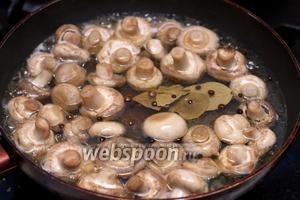 Влить маринад в грибы и готовить всё под крышкой на медленном огне 10 минут, периодически помешивая.