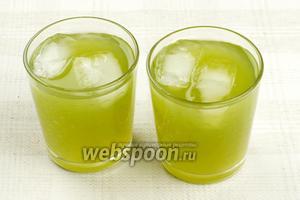 Развести приготовленный сок холодной кипячёной водой до нужной консистенции (ориентировочно сок к воде 1/4) и если нужно, добавить сахар по вкусу. Подавать напиток в стакане с кусочками льда.