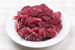 Мясо хорошо помыть обсушить и порезать на средние куски поперёк волокон.