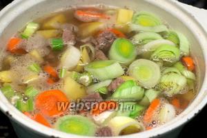Добавить щепотку соли и перца и готовить всё вместе ещё 40 минут на медленном огне (если при добавлении овощей жидкости стало очень мало, то добавьте 1-1,5 стакана холодной кипячёной воды).