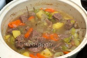 Затем удалите из кастрюли лавровый лист и добавьте соль и чёрный молотый перец по вкусу.