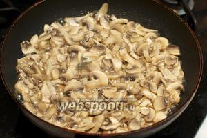 Разогреть в сковороде 1-2 ст. л. растительного масла и обжарить грибы 10-15 минут.