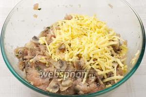 Затем добавить в фарш натёртый сыр и ещё раз всё хорошо перемешать.