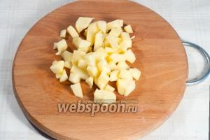 Яблоки очистите от шкурки и нарежьте кусочками.
