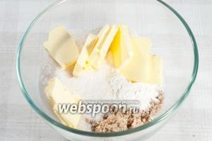 Смешайте муку, сахар, масло, молотые грецкие орехи, добавьте щепотку соли. Перетрите всё руками (либо можно использовать пульсирующий режим в кухонном комбайне).