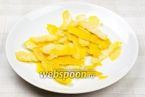 Лимоны хорошо помыть, затем снять с них цедру (в целом цедры должно получиться 70-80 грамм).