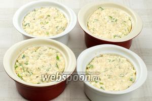 Формочки смазать сливочным маслом и присыпать панировочными сухарями. Затем выложить творожную массу.