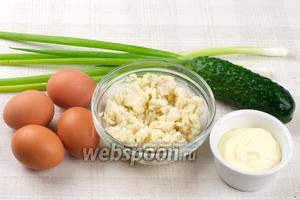 Для приготовления салат понадобится мясо криля (консервы), яйца, небольшой свежий огурец, 4-5 перьев зелёного лука, майонез и соль.