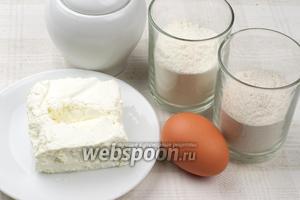 Для приготовления печенья возьмём пшеничную и гречневую муку, творог жирностью 9 %, яйцо, сахар и разрыхлитель.