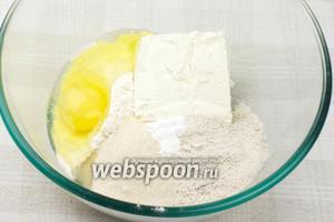 Соединить все продукты: творог, муку, яйцо, сахар и разрыхлитель.