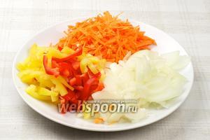 Овощи хорошо помыть, морковь натереть на крупной тёрке, лук порезать тонкими полукольцами, сладкий перец нарезать соломкой.