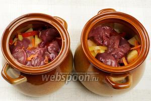 Затем овощи — лук, морковь и сладкий перец, и печень, которую опять немного посолить и поперчить.