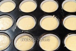 Наполните тестом формочки и поставьте в разогретую до 180 ℃ духовку.
