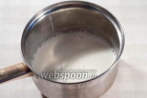 В отдельной кастрюле доведите до кипения молоко.