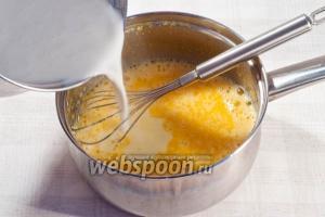 Влейте молоко в смесь из желтков, сахара и муки. Хорошо размешайте, чтоб не было комочков.
