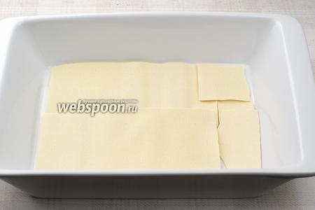 На дно формы выложить тесто. Обратите внимание на инструкцию — иногда тесто предварительно необходимо отварить.