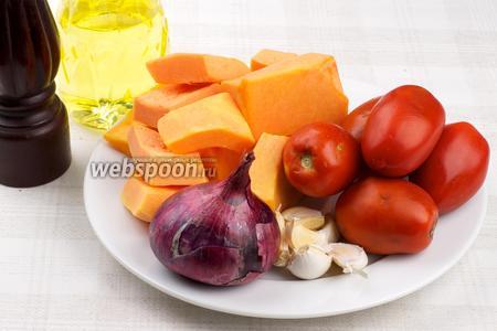 Для приготовления супа понадобится тыква, помидоры, фиолетовый лук, чеснок, растительное масло и специи. Для гренок подойдёт любой хлеб и сыр.