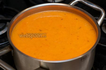 Переложить измельчённые овощи в кастрюлю и добавить приблизительно 700 мл кипячёной воды.